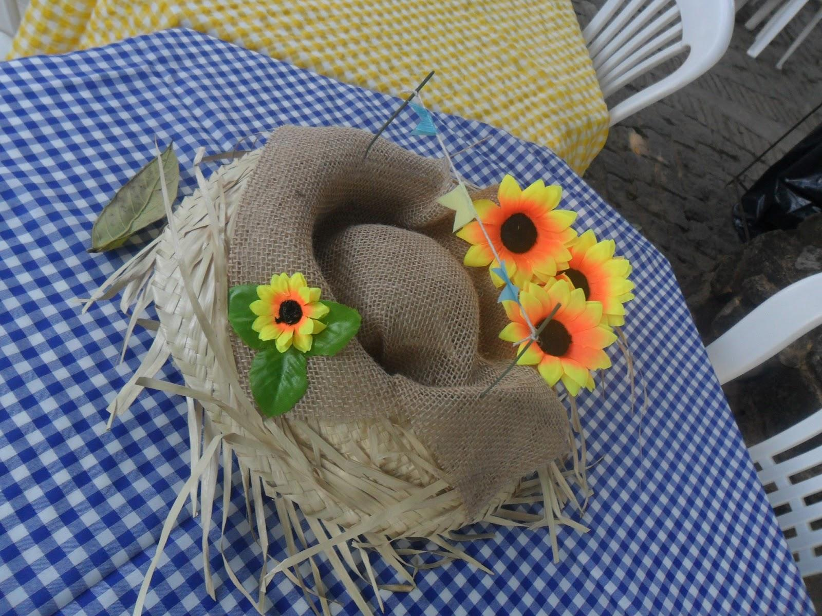 The typical straw hat can be decorated with jute and flowers and become an elegant June party table decoration.